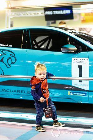 Un jeune fan admire la voiture du Jaguar iPace eTrophy