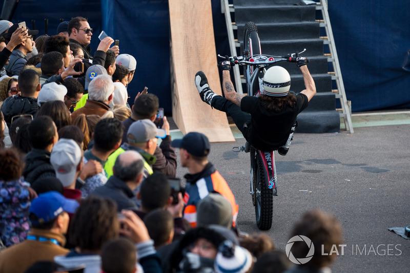 Exhibición de motos en el podio