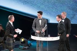 Christian Horner, Martin Brundle ve Enaam Ahmed, British Club Driver of the Year Award ödülünü alıyo