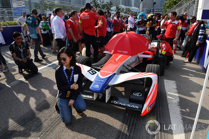 A guest poses with the car of Felix Rosenqvist, Mahindra Racing, on the grid