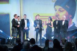 Ganador del Premio McLaren Autosport BRC Dan Ticktum en el escenario