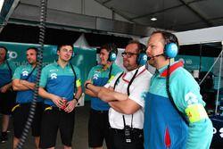 Membri del team NIO nel garage