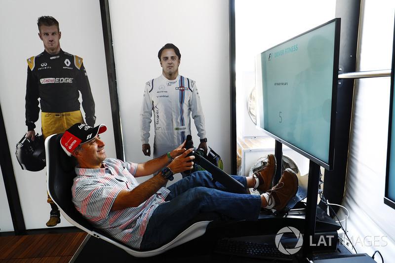 Un fan en el simulador de F1