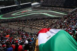Sergio Pérez, Sahara Force India VJM10 pasa la bandera de México en las tribunas