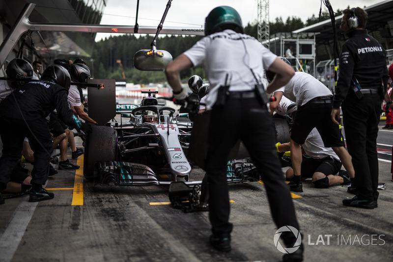 Lewis Hamilton, Mercedes-AMG F1 W09 pit stop
