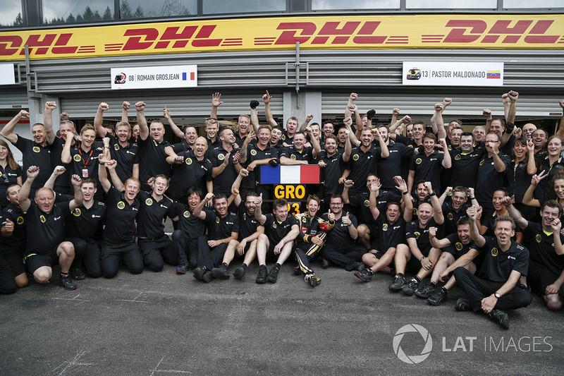 Le troisième Romain Grosjean, Lotus F1 avec son équipe