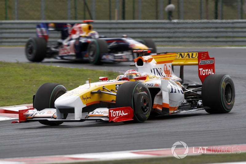 Fernando Alonso, Renault F1 Team R29 leads Mark Webber, Red Bull Racing RB5