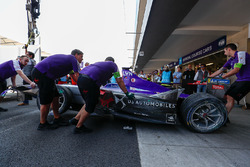 Beschadigde auto van Alex Lynn, DS Virgin Racing, wordt de pitbox ingeduwd