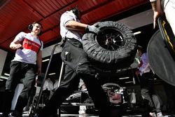 Mecánicos de Alfa Romeo Sauber F1 Team y llantas Pirelli