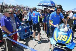 Kenny Roberts avec Andrea Iannone, Team Suzuki MotoGP, sur la grille de départ