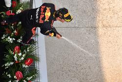 Le vainqueur Daniel Ricciardo, Red Bull Racing fête sa victoire sur le podium avec du champagne