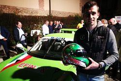 Alberto Cerqui, Dinamic Motorsport, posa con il casco e la sua Porsche 911 GT3