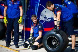 Mecánicos de Toro Rosso realizan una parada en boxes