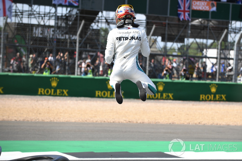 Il poleman Lewis Hamilton, Mercedes-AMG F1, festeggia nel parco chiuso