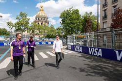 Alex Lynn, DS Virgin Racing, fait le tour du circuit à pied