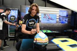 Dennis Foggia, Sky Racing Team VR46, firma un casco nel pre-gara