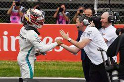 Le poleman Lewis Hamilton, Mercedes-AMG F1 celebrates dans le parc fermé