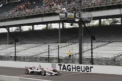 Will Power, Team Penske Chevrolet passeert de finishvlag