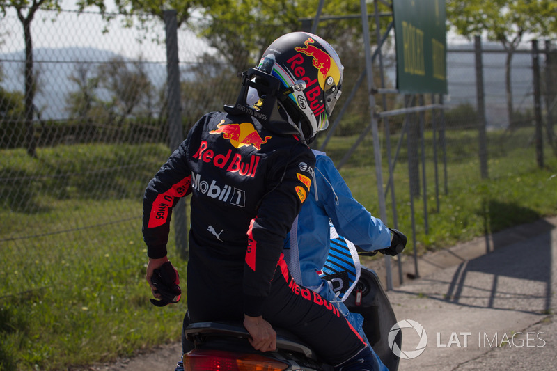 Daniel Ricciardo, Red Bull Racing crashed in FP1 and gets a lift on a scooter