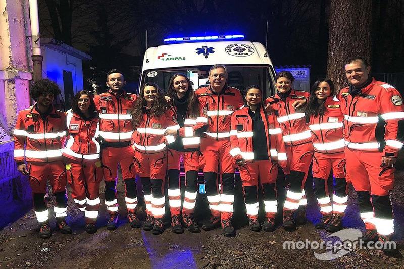 El gerente de carreras de Pirelli, Mario Isola, en medio como conductor voluntario de ambulancia en Milán