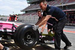 Force India VJM11 avec des pneus Pirelli non marqués
