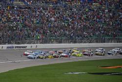 Kevin Harvick, Stewart-Haas Racing, Ford Fusion Busch Light e Ryan Blaney, Team Penske, Ford Fusion REV Group guidano il gruppo alla bandiera verde