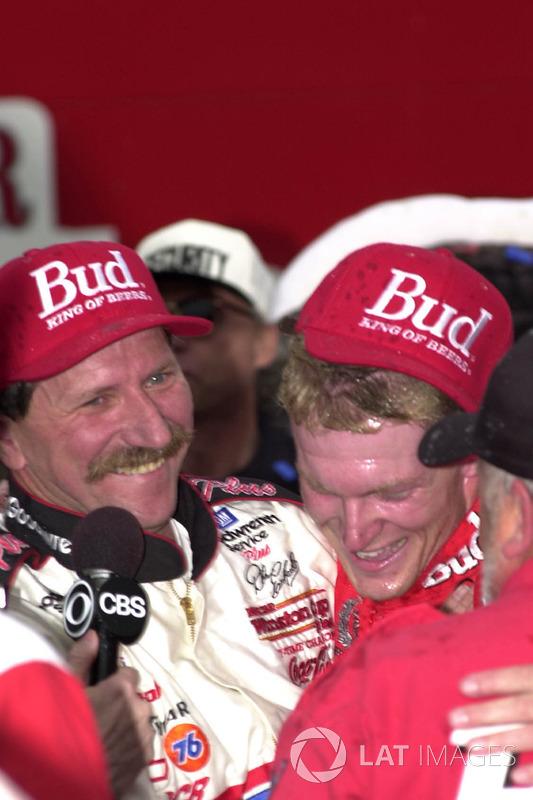 Ganador de la carrera Dale Earnhardt, Jr. celebra con su padre, Dale Earnhardt