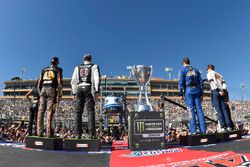 Martin Truex Jr., Furniture Row Racing Toyota, Kevin Harvick, Stewart-Haas Racing Ford, Kyle Busch,