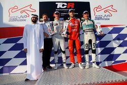 Podio: ganador de la carrera Pepe Oriola, Lukoil Craft-Bamboo Racing, segundo lugar Gordon Shedden,
