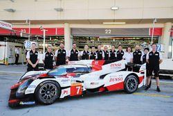 #7 Toyota Gazoo Racing Toyota TS050-Hybrid avec des membres de l'équipe