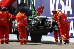 I marshal recuperano la monoposto di Nelson Piquet Jr., Jaguar Racing, dopo l'incidente