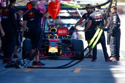Daniel Ricciardo, Red Bull Racing RB14 Tag Heuer, ai box