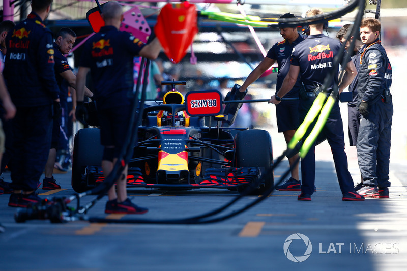 Daniel Ricciardo, Red Bull Racing RB14 Tag Heuer, in the pits