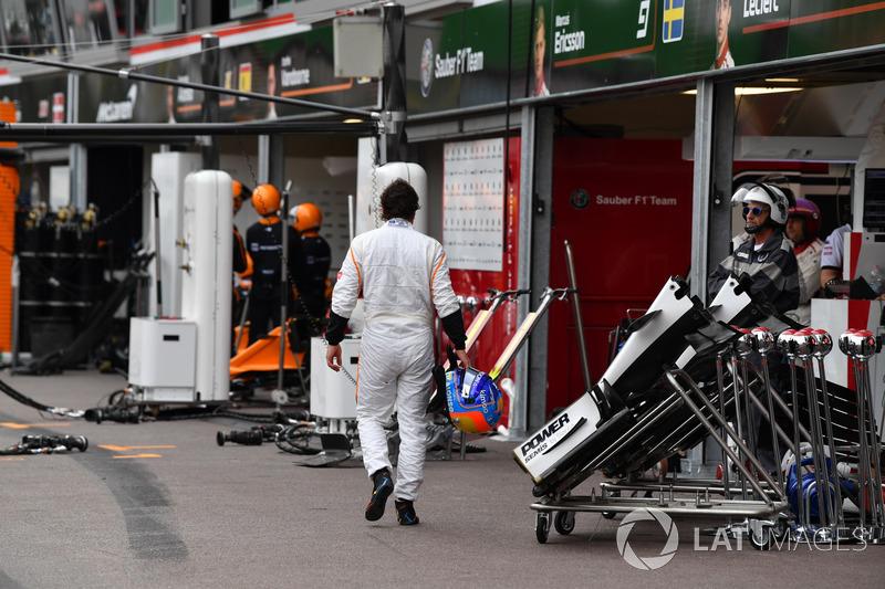 Fernando Alonso, McLaren rientra al box dopo il ritiro dalla gara