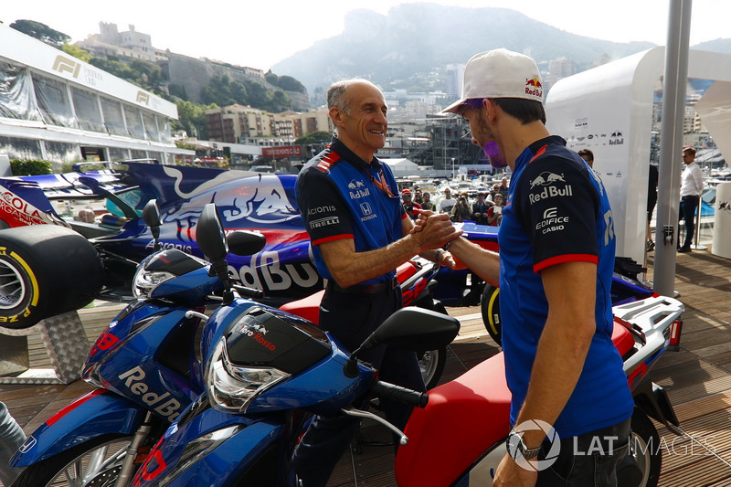Guenther Steiner Director del equipo, Haas F1 Team, con Pierre Gasly, Toro Rosso