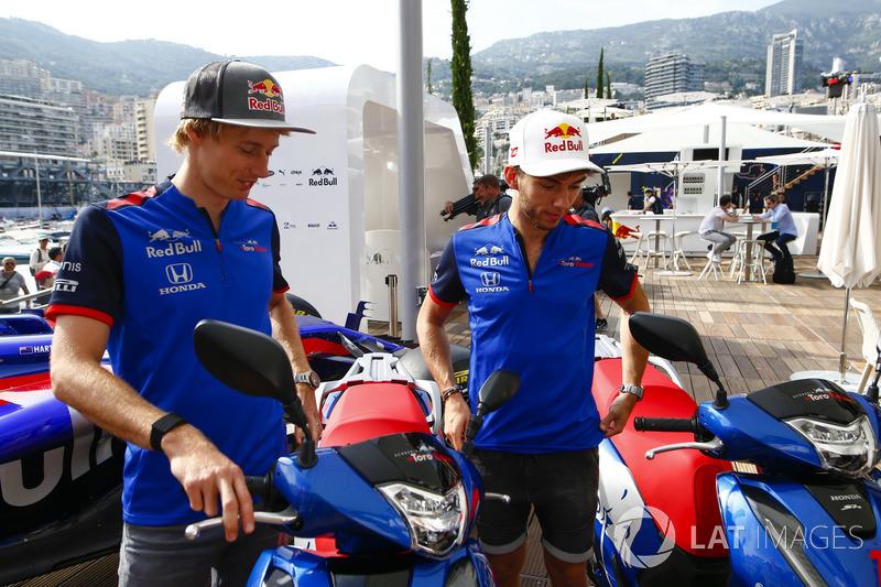 Brendon Hartley, Toro Rosso y Pierre Gasly, Toro Rosso, con motocicletas Honda