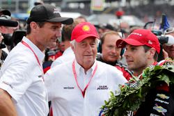 Will Power, Team Penske Chevrolet is congratulated by Tim Cindric and Roger Penske in victory lane