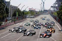 Josef Newgarden, Team Penske Chevrolet, Scott Dixon, Chip Ganassi Racing Honda lead at the start