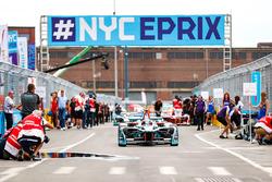 Mitch Evans, Jaguar Racing, si posiziona in griglia di partenza