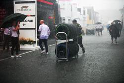 Le déluge après la course dans le paddock