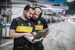 Miembros del equipo Renault en el trabajo