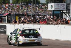 Josh Cook, Power Maxed Racing Vauxhall Astra toma la bandera a cuadros