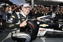 Le vainqueur du Verizon P1 Pole Award, Ed Carpenter, Ed Carpenter Racing Chevrolet fête sa pole