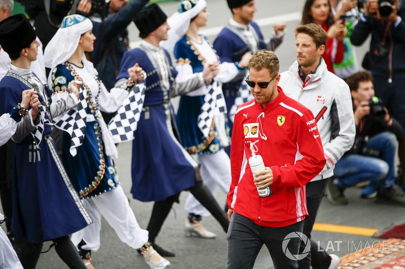Sebastian Vettel, Ferrari, Romain Grosjean, Haas F1 Team, en el desfile de pilotos