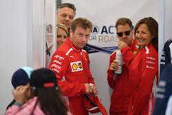 Kimi Raikkonen, Ferrari et des Grid Kids lors de la parade des pilotes