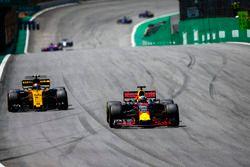 Даниэль Риккардо, Red Bull Racing RB13, и Карлос Сайнс-мл., Renault Sport F1 Team RS17
