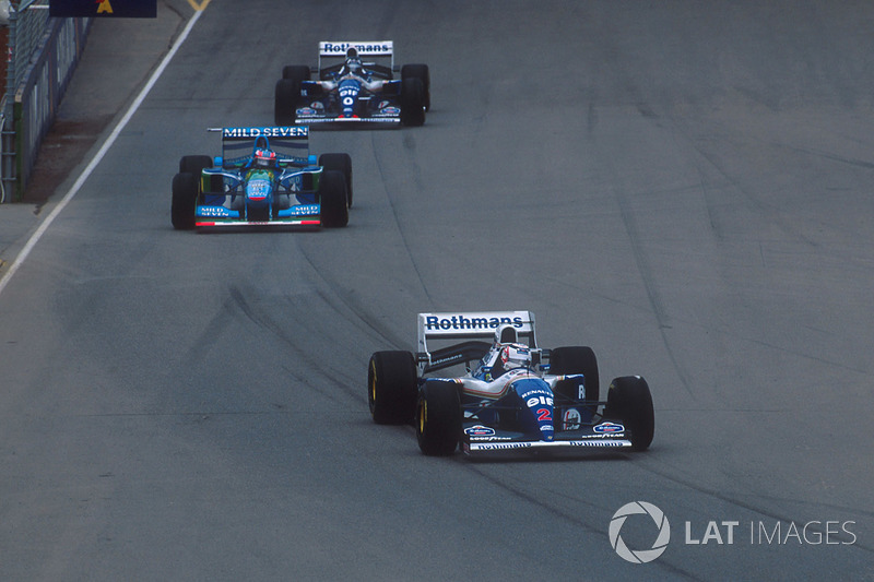 Nigel Mansell, Williams FW16B Renault, por delante de Michael Schumacher, Benetton B194 Ford y Damon Hill, Williams FW16B Renault
