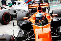 Fernando Alonso, McLaren MCL32 en Felipe Massa, Williams FW40