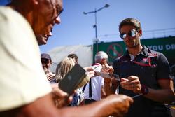 Romain Grosjean, Haas F1 Team,zet handtekeningen voor de fans
