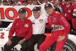 Rick Mears, Roger Penske, en Gil de Ferran vieren honderdste IndyCar-overwinning van Team Penske